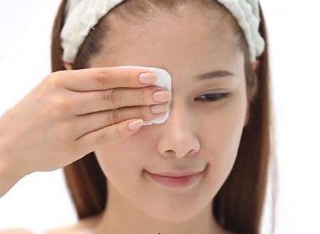 Dùng dầu dừa tẩy trang an toàn nhẹ dịu cho da, không gây hại như các loại tẩy trang có cồn