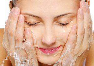 Những điều cần biết về rửa mặt bằng nước muối sinh lý