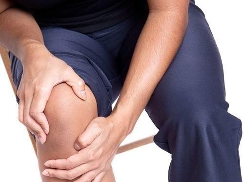 Giãn dây chằng đầu gối gây ra cảm giác đau đớn khó khăn trong mọi sinh hoạt