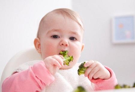 Ăn dặm là việc bổ sung năng lượng và dinh dưỡng cho bé từ các thức ăn ngoài sữa mẹ