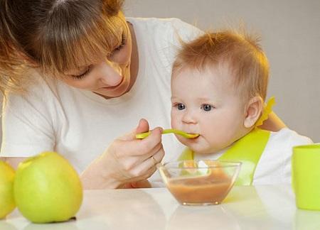 Khi bé mới bắt đầu ăn dặm nên cho bé dùng bột ăn liền trong một khoảng thời gian để bé làm quen trước