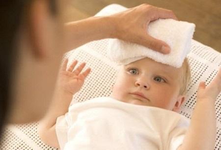 Khi bé bị sốt nhẹ các bậc cha mẹ chỉ cần làm mát cơ thể cho bé là được