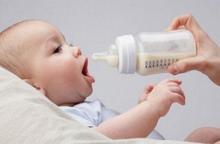 Khi bé bắt đầu ăn bổ sung, cần ưu tiên những thực phẩm giàu chất dinh dưỡng và canxi