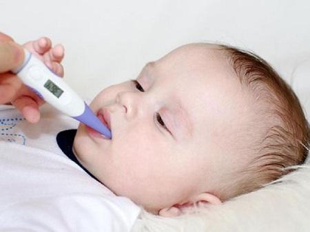 Thân nhiệt bình thường của trẻ sơ sinh ở khoảng trung bình từ 36,5 - 37,5 độ C.