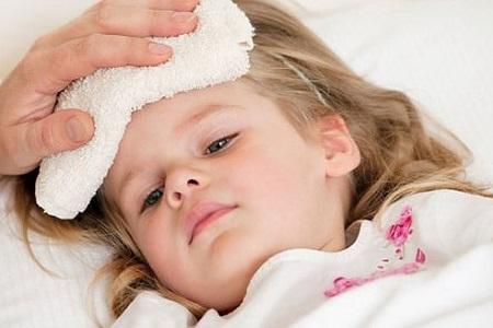 Ngoài việc sử dụng thuốc hạ sốt cho trẻ các mẹ nên chườm ấm và nới lỏng quần áo cho bé thoải mái