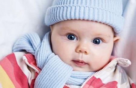 Giữ ấm cơ thể và đặc biệt quàng khăn kín cổ khi cho trẻ ra ngoài và thời tiết mùa đông