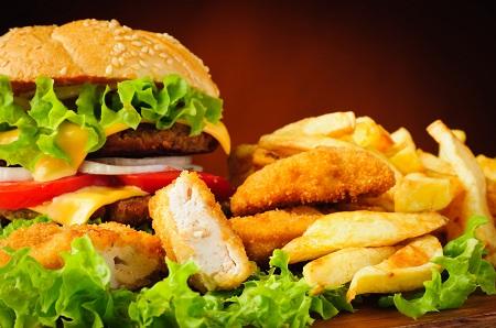 Trong bữa ăn hàng ngày nên giảm làm giảm lượng Cholesterol và bổ sung acid béo omega-3.
