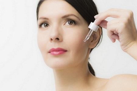 Sử dụng serum giúp đưa dưỡng chất và các loại vitamin vào sâu bên trong lớp biểu bì da