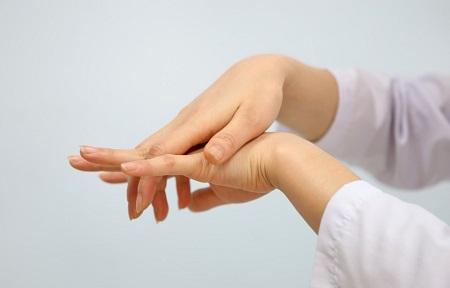 Bệnh nhức mỏi tê bì chân tay hiện đang gặp ở mọi lứa tuổi