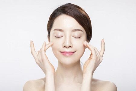 Rửa mặt bằng nước muối sinh lý có khả năng làm sạch da, loại bỏ bã nhờn, bụi bẩn từ sâu trong lỗ chân lông