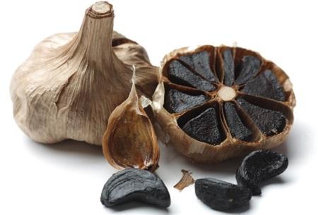 Sử dụng tỏi đen không rõ nguồn gốc, quá liều lượng, hoặc quá lạm dụng có thể gây tác dụng phụ nguy hiểm