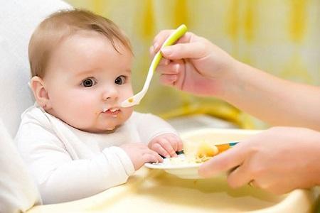 Nên bắt đầu cho bé ăn dặm vào bữa đầu tiên của ngày để bé làm quen với việc tiêu hóa
