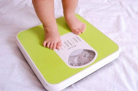 Ba mẹ nên theo dõi chiều cao, cân nặng của bé 1tháng/1lần vào 1 ngày nhất định.