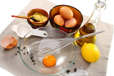 Đắp mặt nạ trứng gà kết hợp với massage da mặt để các dưỡng chất