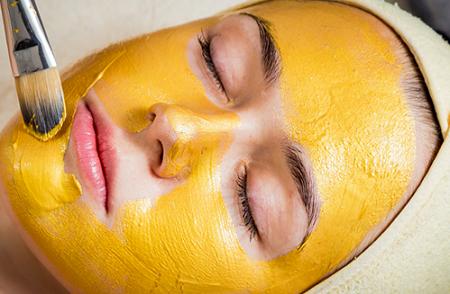 Đắp mặt nạ tinh bột nghệ và mật ong đem lại làn da sáng mịn, trẻ hóa