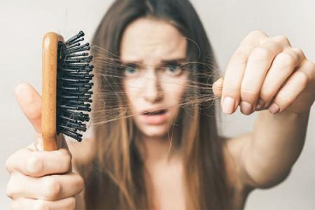 Do vấn đề về tâm sinh lý cũng như môi trường sống đối với cả nam và nữ thường hay bị rụng tóc