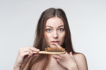 Việc massage da đầu hàng ngày là một cách khiến cho máu lưu thông tốt hơn. Giúp kích thich mọc tóc và phát triển nhanh.