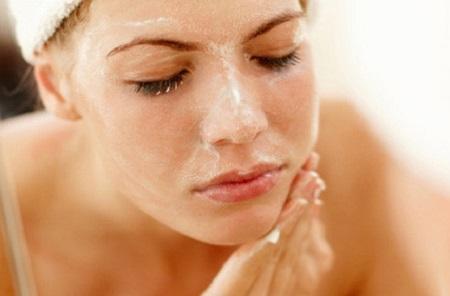 Những tế bào chết già cỗi trên bề mặt da chính là nguyên nhân hàng đầu gây ra tình trạng xỉn màu, thô sần, bít lỗ chân lông, mụn, nám.