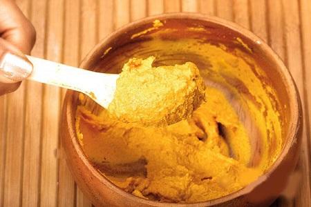 Có thể kết hợp trứng gà với các nguyên liệu tự nhiên như bột nghệ và mật ong