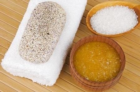 Chỉ với muối và mật ong bạn đã có một hỗn hợp tẩy tế bào chết cho da cực kỳ an toàn và hiệu quả