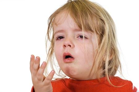 Viêm phế quản khiến trẻ bị ho nhiều hơn kèm theo cảm giác cổ họng đau rát và có đờm đục