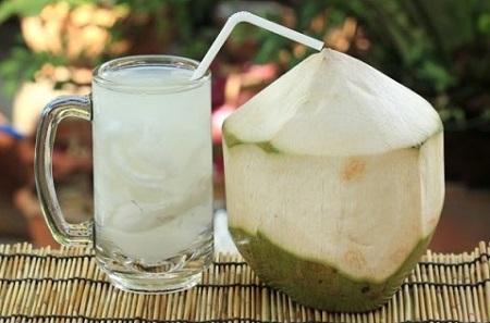 Uống ly nước dừa mỗi ngày còn giúp cân bằng sức khỏe cơ bắp, tim mạch
