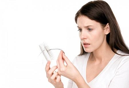 Vảy nến da đầu cũng là một trong những nguyên nhân dẫn đến rụng tóc