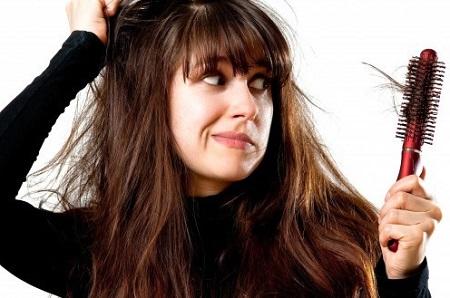 Rụng tóc không chữa trị kịp thời sẽ gây ra nhiều trở ngại khi bạn tự ti với mái tóc của mình.
