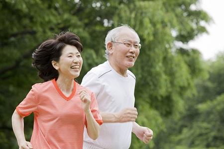 Chạy bộ nhẹ nhàng mỗi buổi sáng sẽ giúp cho cơ tim khỏe hơn, phòng tránh được nhiều bệnh liên quan tới tim mạch.
