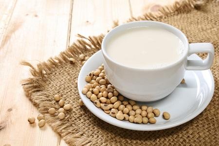 uống sữa đậu nành điều độ sẽ đem tới làn da trắng và tươi trẻ cho các chị em