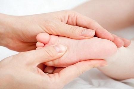 Nên xoa bóp chân, massage chân khi cơn đau nhức của bé xuất hiện.
