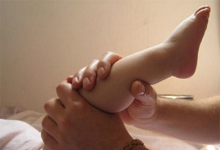Ở độ tuổi của các bé, vì ham chơi nên sẽ không tránh khỏi những vết thương ở chân